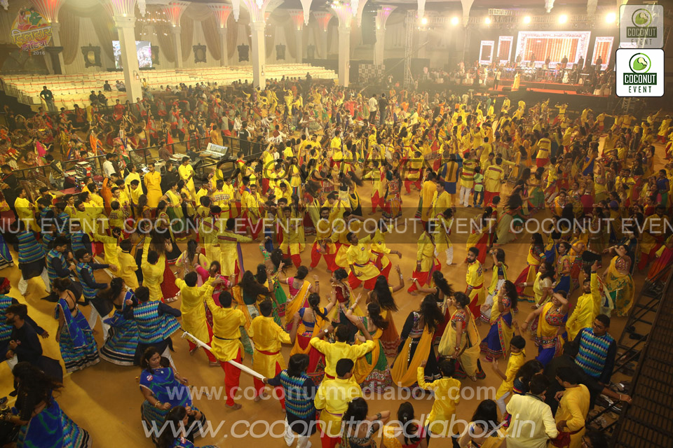 Navratri Dance at Surat organized by Dildar Dandiya
