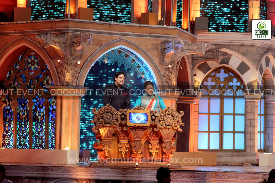 Host Bharti and Krishna at Zee Rishtey Award 2015