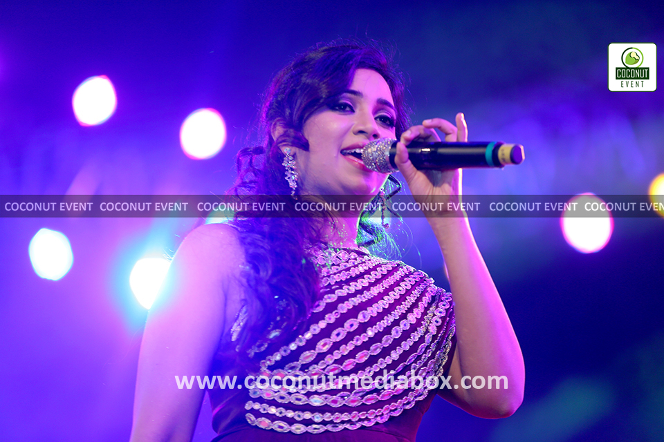 Shreya Ghoshal singing songs in Ahmedabad live show
